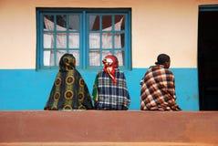 Tre kvinnor som framåtriktat ser till besöket till apoteket av th Royaltyfria Foton