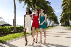 Tre kvinnor som går, på en varm solig sommardag arkivbild