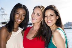 Tre kvinnor som poserar i marinahamn arkivbild