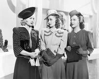 Tre kvinnor som står sidan - förbi - sida (alla visade personer inte är längre uppehälle, och inget gods finns Leverantörgarantie arkivfoto