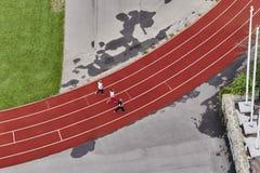 Tre löpare på en trampkvarn, bästa sikt royaltyfri fotografi
