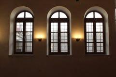 Tre lantliga fönster arkivfoto