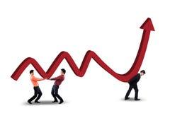 Tre lavoratori che portano le statistiche finanziarie immagini stock