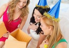 Tre le kvinnor i blåa hattar med gåvaaskar Royaltyfri Foto
