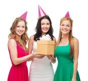 Tre le kvinnor i blåa hattar med gåvaasken Royaltyfri Foto