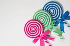 Tre lecca-lecca colorate luminose isolate su fondo bianco Immagine Stock