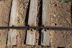 Tre legami della strada delle rotaie con una ferrovia stagionata con i bulloni immagini stock libere da diritti