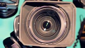 Tre lenti delle videocamere sono indicate in una fine su da sinistra a destra archivi video