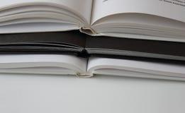 Tre libri bianchi neri bianchi del risguardo macro fotografia stock libera da diritti