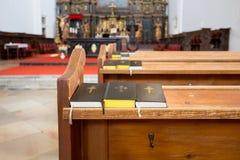 Tre libri di preghiera su un banco Immagini Stock