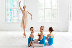 Tre lilla ballerina som dansar med den personliga balettläraren i dansstudio Royaltyfri Fotografi