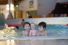Tre lilla barn som är gulliga behandla som ett barn pojken och två äldre bröder, strömbrytare royaltyfria foton
