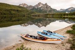 Tre lilla fartyg på Stanley Lake Idaho i sommar Arkivfoto
