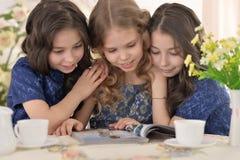 Tre lilla gulliga flickor Royaltyfri Foto