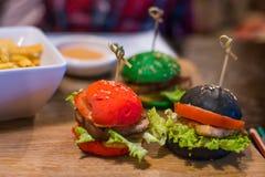 tre lilla hamburgare för barn i restaurangen arkivfoto