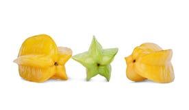 Tre ljusa carambolas Söta och sunda carambolas som isoleras på en vit bakgrund Smakliga fruktefterrätter för gourmet arkivfoto