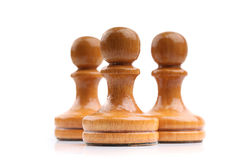 Tre ljusa träschackstycken bara som isoleras på vit Royaltyfri Foto