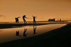 Tre lyckliga banhoppningpojkar arkivfoton