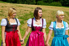 Tre lyckliga flickor i Dirndl Royaltyfri Foto