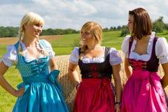 Tre lyckliga flickor i Dirndl Fotografering för Bildbyråer