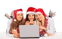 Tre lyckliga flickor med en bärbar dator Arkivfoton