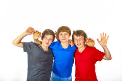 Tre lyckliga glade vänner i blått, rött och svart royaltyfria foton