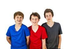 Tre lyckliga glade vänner tycker om royaltyfri foto
