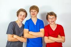 Tre lyckliga glade vänner tycker om liv fotografering för bildbyråer