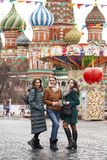 Tre lyckliga härliga flickvänner fotografering för bildbyråer