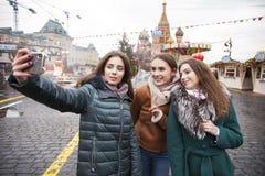 Tre lyckliga härliga flickvänner royaltyfria bilder