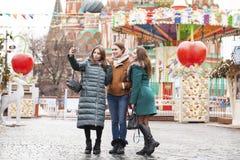 Tre lyckliga härliga flickvänner arkivfoton
