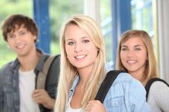 Tre lyckliga högskolestudenter Arkivfoto