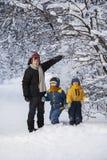 Tre lyckliga pojkar i skog royaltyfri bild