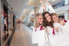 Tre lyckliga shoppare Arkivfoto