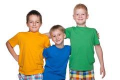 Tre lyckliga unga pojkar Fotografering för Bildbyråer