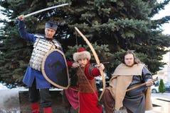 Tre män i bilden av medeltida soldater Royaltyfria Bilder