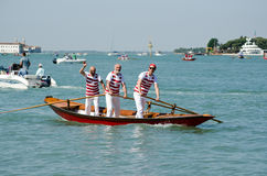 Tre män i ett Venetian fartyg Arkivbilder