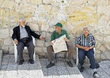 Tre män i gatan, Jerusalem Royaltyfri Foto
