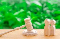 Tre män och en hammare av domaren Försöket av fall i rätten, upplösningen av en tvist mellan två personer Affärsrelatio arkivbild