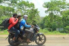 Tre män som rider motorcykeln utan hjälmen Royaltyfria Bilder