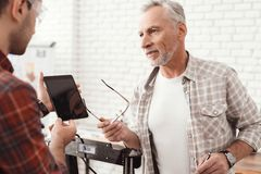 Tre män ställde in engjord skrivare 3d för att skriva ut formen De kontrollerar modellen 3d av minnestavlan Arkivfoto