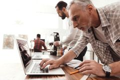 Tre män ställde in engjord skrivare 3d för att skriva ut formen De kontrollerar scribesna av skrivaren 3d på bärbara datorn Royaltyfria Bilder