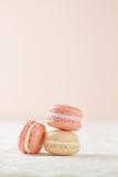 Tre Macaron in una pila Immagini Stock