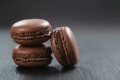 Tre macarons del cioccolato sul bordo dell'ardesia Fotografia Stock Libera da Diritti