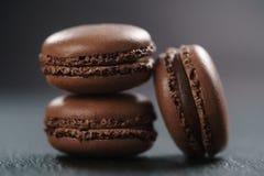 Tre macarons del cioccolato sul bordo dell'ardesia Immagine Stock Libera da Diritti