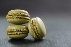 Tre macarons del cioccolato sul bordo dell'ardesia Immagine Stock