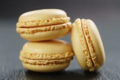 Tre macarons del limone sul bordo dell'ardesia Fotografie Stock Libere da Diritti