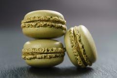 Tre macarons del pistacchio sul bordo dell'ardesia Immagini Stock