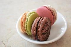 Tre macarons på maträtten Royaltyfri Bild