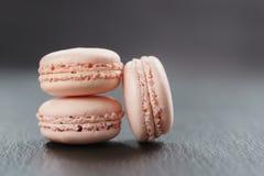Tre macarons rosa sul bordo dell'ardesia Fotografie Stock
